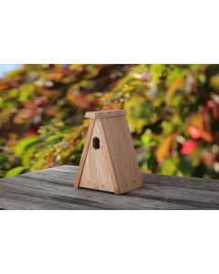 Dreiecks-Nistkasten aus heimischem Lärchenholz